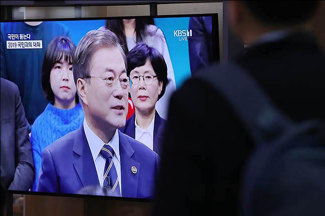 19일 오후 서울 용산구 서울역 대합실에서 에서 시민들이 문재인 대통령의
