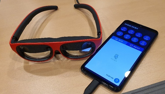 LG유플러스 AR글래스 '엔리얼 라이트(Nreal Light·왼쪽)'와 연결된 스마트폰 'LG V50S 씽큐'에 컨트롤러가 나타난 모습.ⓒ데일리안 김은경 기자