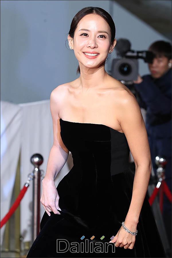 21일 오후 인천 영종도 파라다이스시티에서 열린 제40회 청룡영화상 시상식에 배우 조여정이 레드카펫을 걸어오고