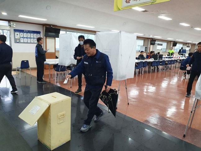 하부영 금속노조 현대차지부장이 11월 28일 진행된 제8대 지부장 선거에서 투표하고 있다. ⓒ금속노조 현대차지부