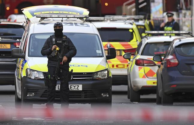 지난달 29일(현지시간) 영국 런던 중심부의 런던 브리지에서 한 남성이 흉기 난동을 벌여 무장 경찰이 도로를 통제하고 있다.ⓒ뉴시스