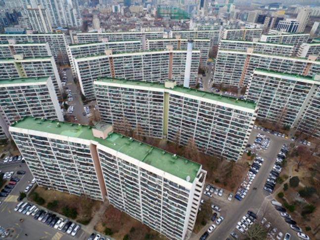 올해 재개발·재건축 수주 1위 자리를 차지할 건설사를 예측하기는 조금 이르다는 평가다. 사진은 서울 강남구 대치동 은마아파트 전경.(자료사진)ⓒ연합뉴스