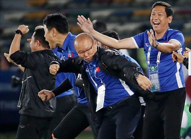 박항서 감독이 이끄는 베트남 축구가 니시노 감독의 태국을 조별리그 탈락으로 몰아넣었다. ⓒ 뉴시스