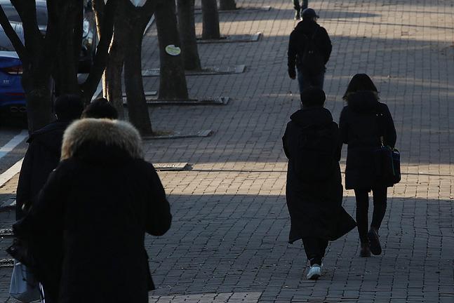 서울 아침 최저기온이 영하 11도를 기록하며 올 겨울 들어 가장 매서운 추위가 찾아온 지난 6일 오전 서울 관악구 서울대학교에서 학생들이 움츠린 채 발걸음을 재촉하고 있다.ⓒ데일리안 홍금표 기자