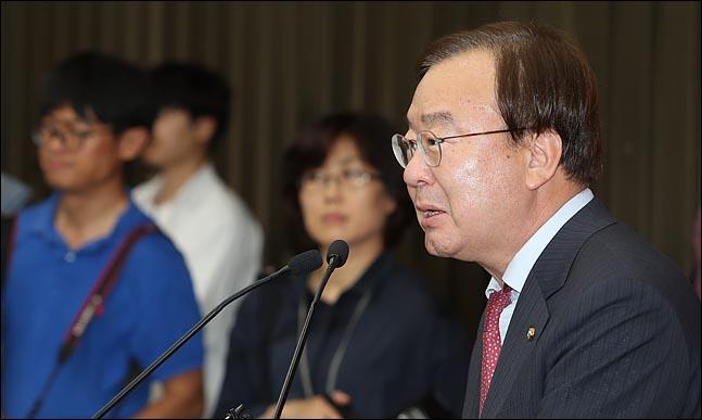 강효상 자유한국당 의원이 29일 오후 국회에서 열린 의원총회에 참석해 발언을 하고 있다. ⓒ데일리안 박항구 기자