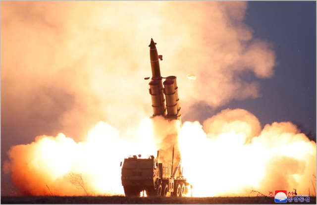 북한이 지난달 29일 초대형방사포를 시험 사격하는 장면 ⓒ조선중앙통신