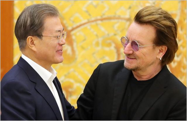 문재인 대통령이 지난 9일 청와대에서 아일랜드 출신 록밴드 U2의 보컬이자 사회운동가인 보노와 악수를 나누고 있다 ⓒ뉴시스