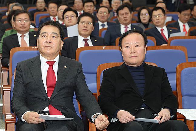 심재철 자유한국당 신임 원내대표와 김재원 신임 정책위의장이 9일 오후 서울 여의도 국회에서 열린 한국당 의원총회에 참석해 자리하고 있다. ⓒ데일리안 류영주 기자