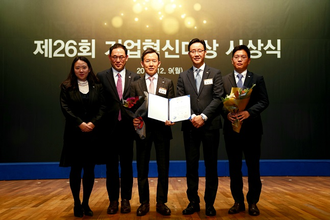 미래에셋대우는 지난 9일 서울 중구 대한상공회의소에서 열린 '제26회 기업혁신대상' 시상식에서 '대통령상'을 수상했다고 10일 밝혔다.ⓒ미래에셋대우