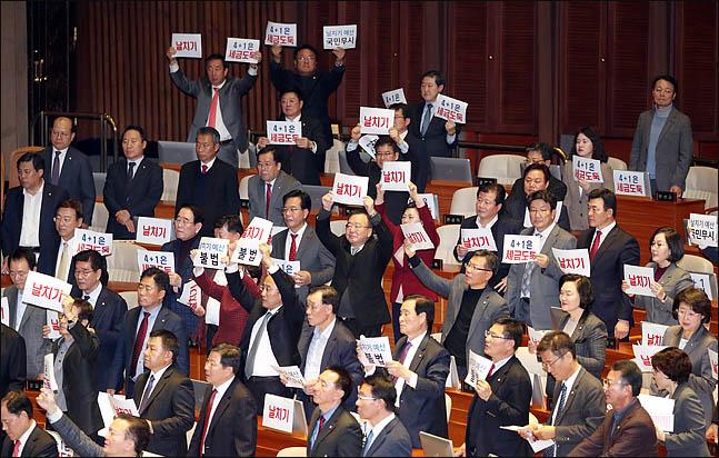 10일 오후 열린 국회 본회의에서 자유한국당 의원들이 2020년도 예산안 상정에 반발하며
