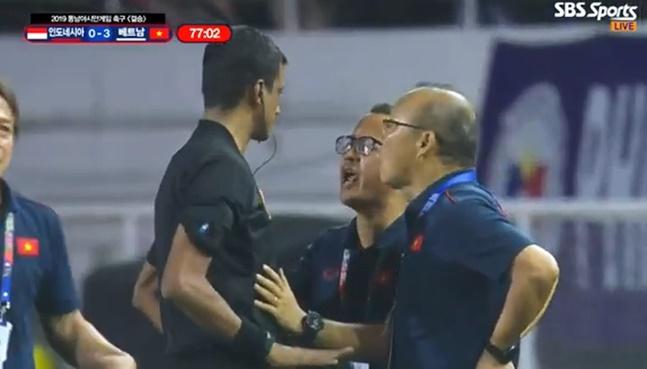 """[베트남 인도네시아] 박항서 감독이 퇴장 당할 때도 베트남 팬들은 """"박항세오""""를 연호했다. SBS스포츠 중계화면"""