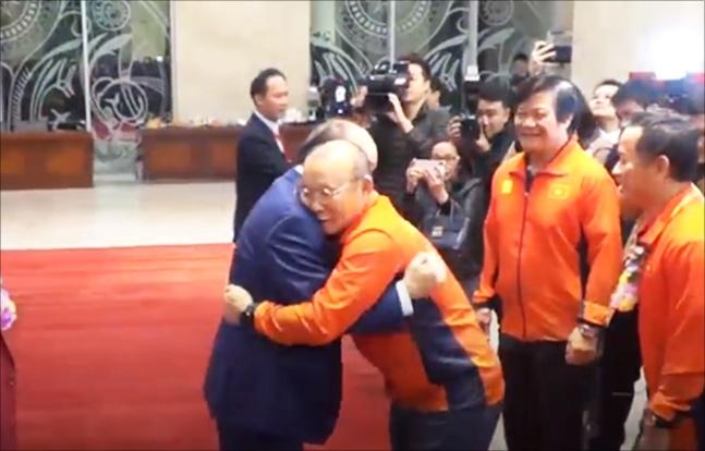 박항서 감독이 베트남 푹 총리와 우승의 기쁨을 나누며 포옹했다.