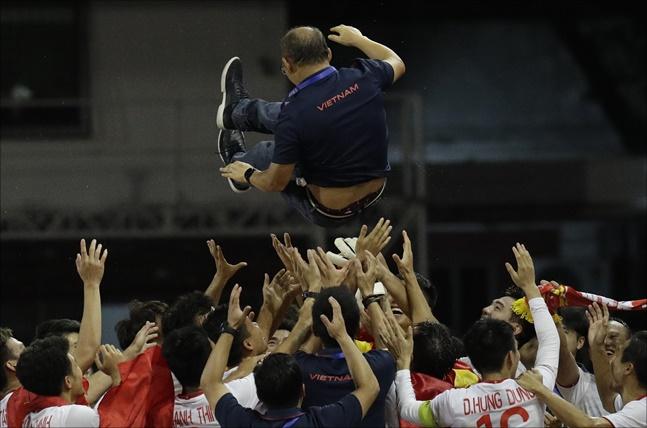 베트남 정부와 축구협회는 물론 민간기업까지 박항서호의 노고를 치하하며 포상금을 내놓았다. ⓒ 뉴시스