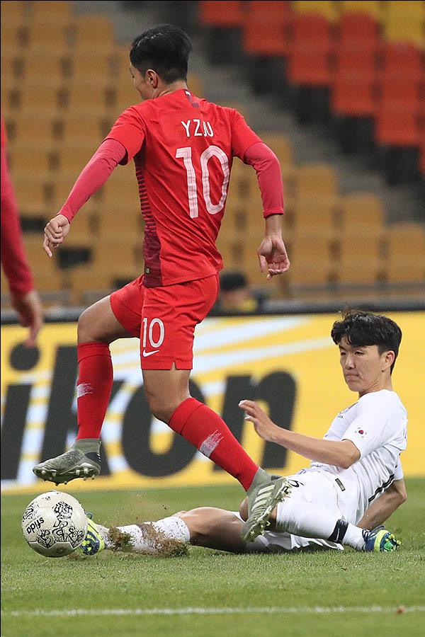 11일 오후 부산 연제구 부산아시아드주경기장에서 열린 2019 EAFF E-1 챔피언십(동아시안컵) 대한민국 대 홍콩 경기에 황인범이 태클을 하고 있다. ⓒ데일리안 류영주 기자