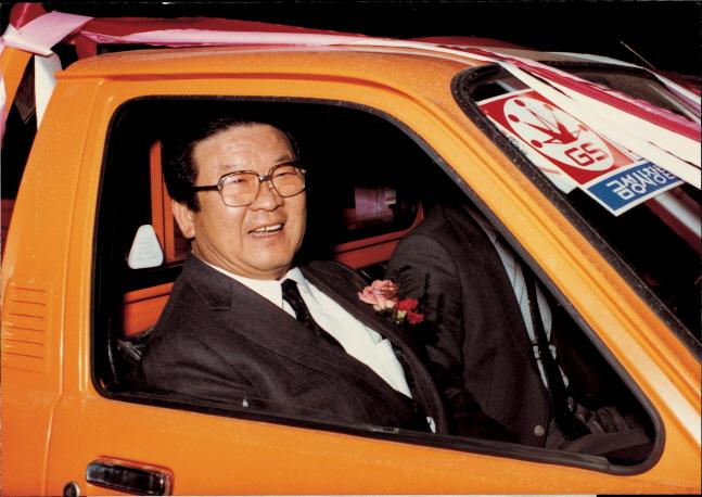 구자경 LG그룹 명예회장이 지난 1983년 2월 금성사 창립 25주년을 맞아 적극적인 고객 서비스를 위해 마련한 서비스카 발대식에서 서비스카에 시승해 환하게 웃고 있다.ⓒLG