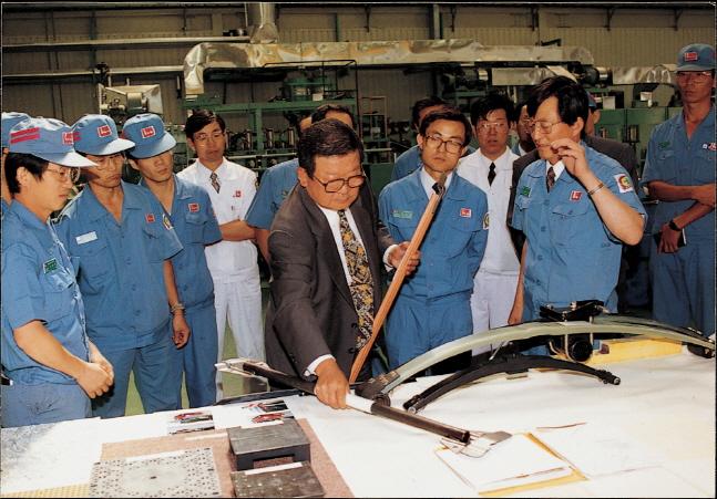 구자경 LG 명예회장(앞쪽 가운데)이 럭키(현 LG화학) 청주공장에서 관계자들과 함께 생산제품을 살펴보고 있다.ⓒLG