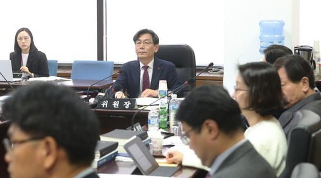 엄재식 원자력안전위원회 위원장이 24일 오전 서울 원자력안전위원회에서 열린 회의를 주재하고 있다.ⓒ연합뉴스