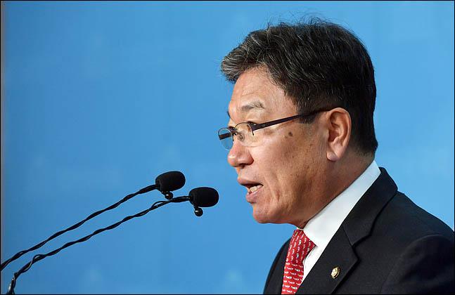 윤상직 자유한국당 의원이 27일 국회 정론관에서 총선 불출마를 밝히고 있다. ⓒ데일리안 박항구 기자