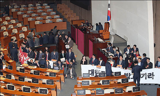 자유한국당 의원들이 27일 오후 국회 본회의장에서 현수막을 펼치며 국회 의장석을 둘러싸고 있다. ⓒ데일리안 류영주 기자