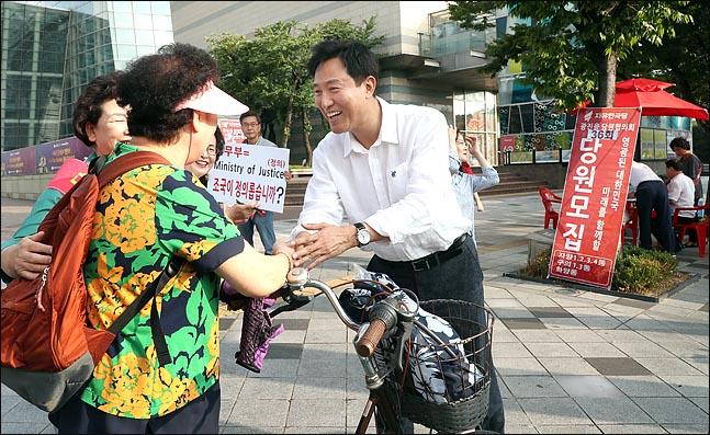 오세훈 전 서울특별시장이 서울 광진구 건대입구역 사거리에서 가두 당원모집을 하는 도중, 주민들과 접촉하고 있다. ⓒ데일리안 박항구 기자