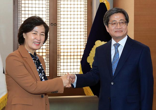 김명수 대법원장과 추미애 법무부 장관이 9일 서울 서초구 대법원에서 악수를 하고 있다. ⓒ데일리안 홍금표 기자