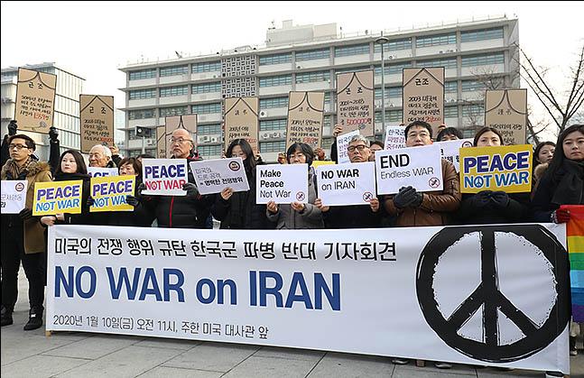 10일 오전 서울 종로구 광화문 광장에서 열린 미국의 전쟁 행위 규탄과 한국군 파병 반대 기자회견에 참석자들이 피켓을 들고 있다. ⓒ데일리안 류영주 기자