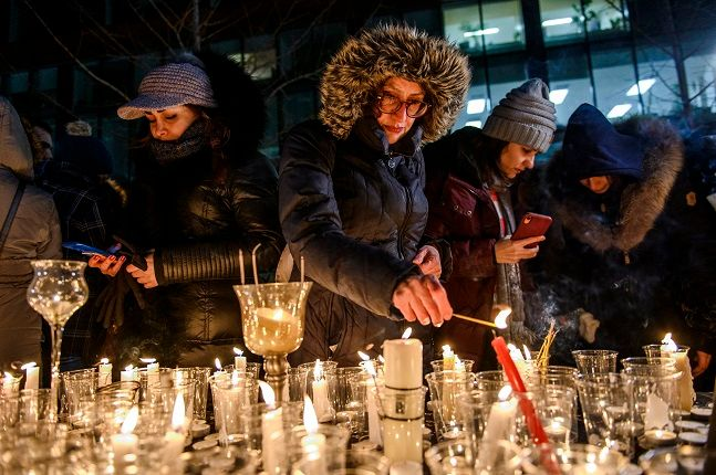 트리올 이란계 커뮤니티 회원들이 9일(현지시간) 캐나다 몬트리올에서 열린 이란 추락 우크라이나 여객기 희생자 추모식에 참석해 촛불을 밝히고 있다. 트뤼도 총리는 앞서 최소 63명의 캐나다인이 사망한 우크라이나 여객기 추락 사고가 이란의 미사일 격추 때문이라는 증거가 있다고 밝힌 바 있다. 캐나다, 미국, 영국 관계자들은 탑승자 176명 전원이 사망한 우크라이나 여객기 추락이 미국-이란 간 높은 긴장 속에 이란이 발사한 미사일에 의해 격추됐다고 주장하며 이는 이란의 실수였을 수도 있다고 밝혔다. ⓒ몬트리올=AP/뉴시스