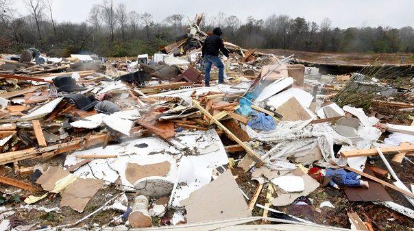 심한 겨울 폭풍과 토네이도로 파괴된 루이지애나 벤튼의 주택가 폐허에서 11일(현지시간) 한 주민이 쓸만한 물건을 찾고 있다.뉴시스