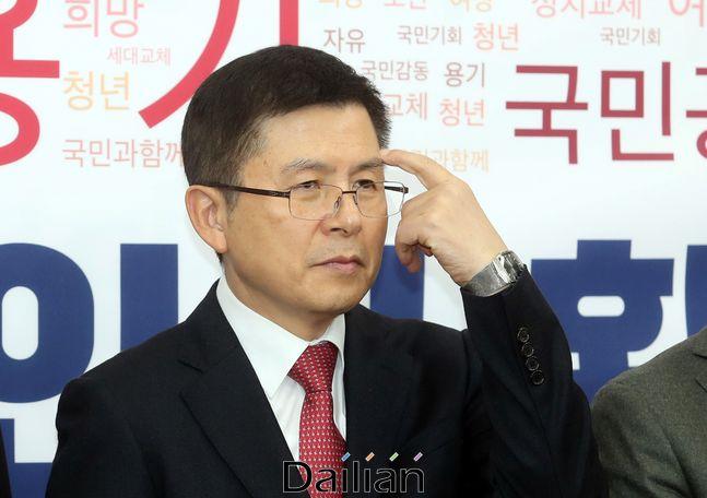 황교안 자유한국당 대표가 13일 오전 국회에서 열린 3차 영입인재 환영식에서 얼굴을 만지고 있다.ⓒ데일리안 박항구 기자