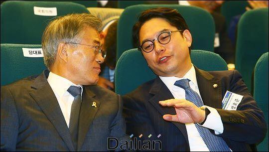 문재인 대통령(당시 더불어민주당 대표, 왼쪽)와 정호준 전 의원(오른쪽). ⓒ데일리안