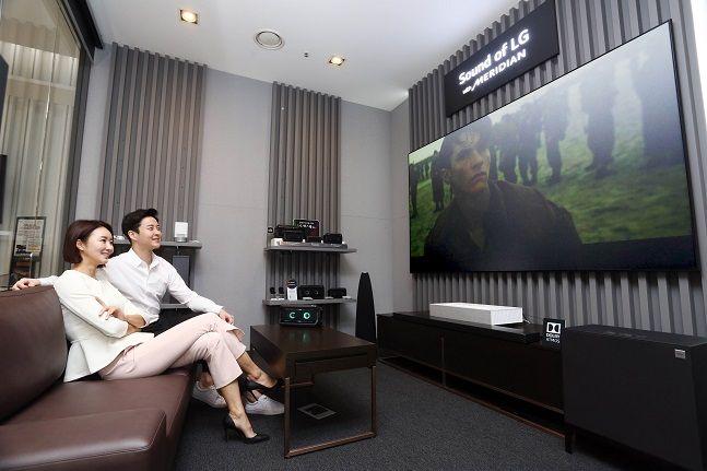 LG전자 모델들이 서울 강남구 LG베스트샵 강남본점에 마련된 프리미엄 사운드 청음 공간에서 사운드를 감상하고 있다.ⒸLG전자