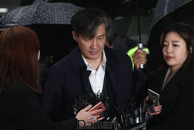조국 전 법무장관이 지난달 26일 서울동부지방법원에서 유재수 전 부산시 경제부시장에 대한 감찰을 무마한 혐의로 영장실질심사(구속전피의자심문)를 받기 위해 출석하고 있다. ⓒ데일리안 홍금표 기자