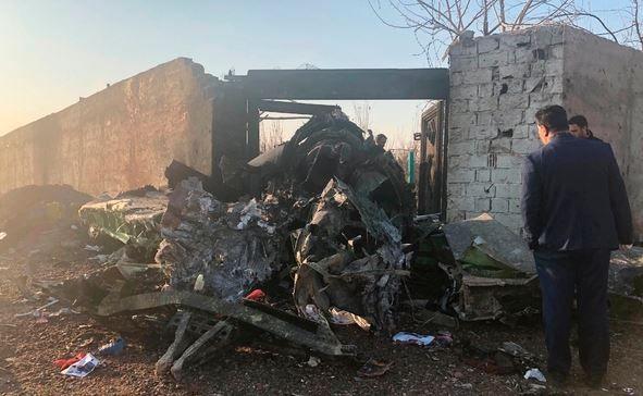 이란 외무부는 우크라이나 여객기 격추사건의 책임을 모두 인정한다면서도 실수로 벌어진 사건을 이란을 압박하는 정치적 수단으로 악용해서는 안 된다고 주장했다. 사진은 이란 테헤란 외곽의 농경지에서 발견된 우크라이나 여객기의 부서진 잔해. ⓒ뉴시스