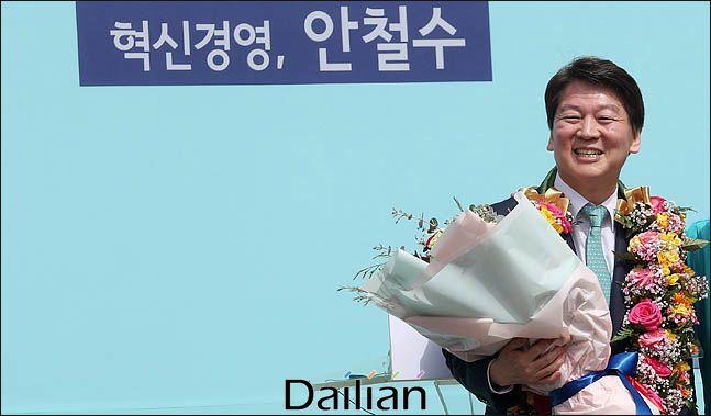 안철수 바른미래당 전 대표가 한 지지자로부터 받은 꽃다발을 들고 있다(자료사진). ⓒ데일리안 박항구 기자