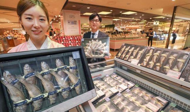15일 서울 현대백화점 압구정본점 식품관에서 직원들이 명절을 맞아 선보이는 실속형 굴비 세트를 소개하고 있다.ⓒ현대백화점