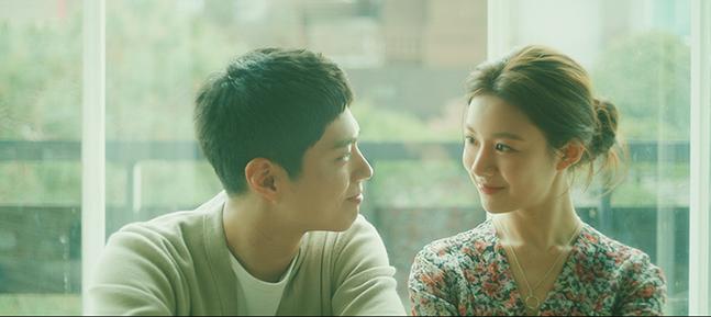 배우 박보검과 고윤정이 이승철의 신곡 뮤직비디오에서 달달한 케미를 선보였다. © 카카오페이지