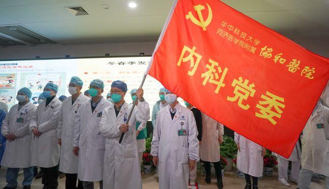 지난 22일(현지시간) 중국 후베이성 우한의 화중기술과학대학 통지의학원 병설 유니온 병원에서 의료진이 신종 코로나바이러스인
