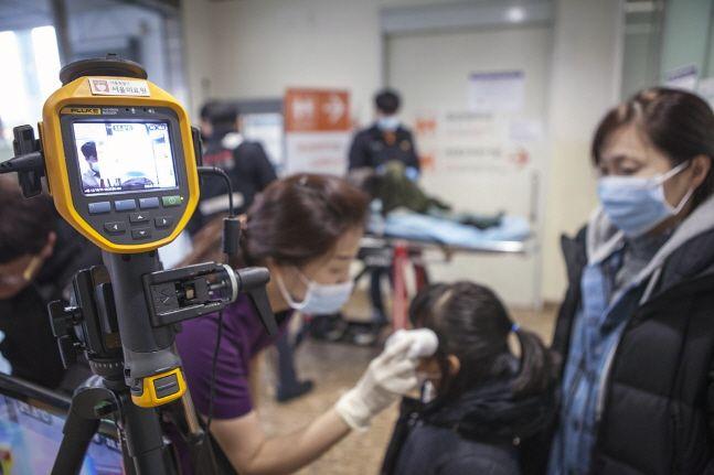 24일 서울 중랑구 서울의료원에서 의료진이 열감시 카메라와 체온계로 환자 및 면회객의 체온을 측정하고 있다.ⓒ뉴시스