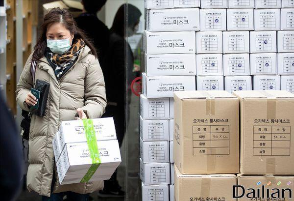 중국 우한 폐렴에 박스채로 판매되는 마스크. ⓒ데일리안 홍금표 기자