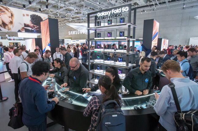 지난해 9월 6일(현지시간) 독일 베를린 메쎄 베를린에서 개막한 유럽 최대 가전 전시회 'IFA 2019' 삼성전자 전시부스에서 관람객들이 폴더블 스마트폰 '갤럭시폴드'를 체험하고 있다.ⓒ삼성전자