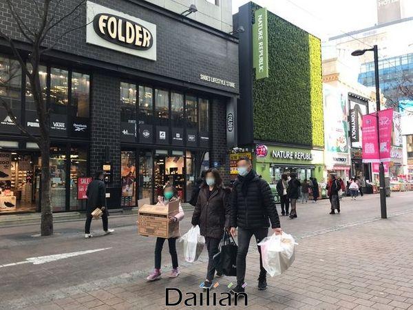 31일 오전 서울 명동에서 한 중국인 관광객 가족이 마스크를 박스 채 구매해 들고 지나가는 모습. ⓒ데일리안