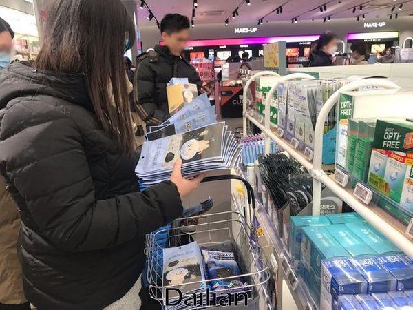 올리브영 명동점에서 마스크를 대량으로 구매하고 있는 중국인 관광객들. ⓒ데일리안