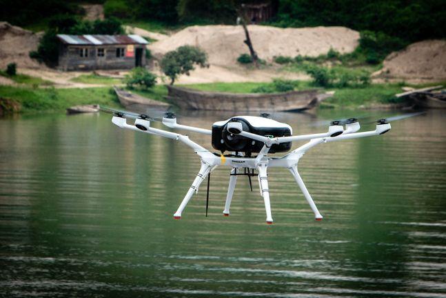 르완다 서부 국경지역에 위치한 키부(Kivu)호 인근에서 시범비행하고 있는DS30. ⓒ두산모빌리티이노베이션