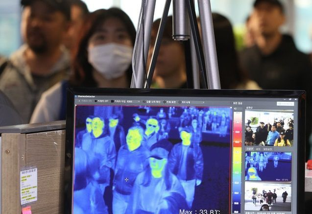 인천국제공항 제1여객터미널 입국장에서 열화상 모니터로 입국자들의 체온을 확인하고 있다(자료사진). ⓒ뉴시스