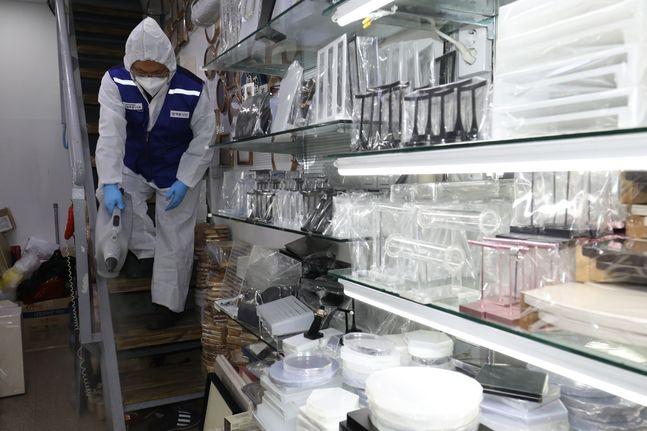 서울 중구 남대문시장에서 방역봉사단이 신종 코로나바이러스 감염증의 확산을 방지하기 위한 방역 작업을 하고 있다.ⓒ데일리안 류영주 기자
