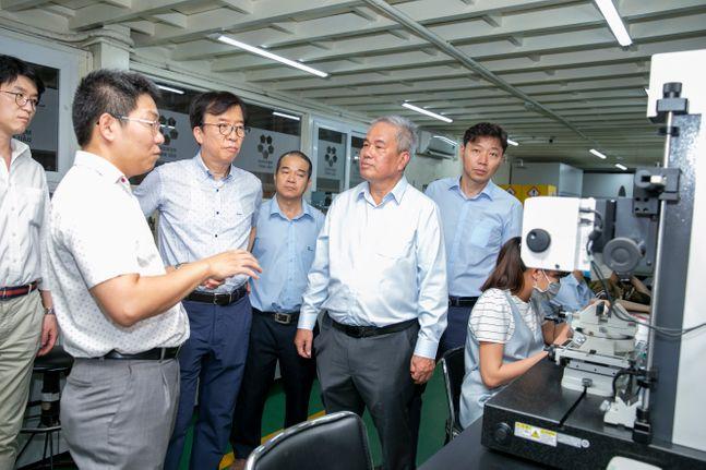 차규탁 SK루브리컨츠 사장(왼쪽 세 번째)과 회사 관계자들이 7일 베트남 민영 윤활유 기업 메콩 지분 인수 계약을 체결한 뒤 메콩 생산 및 저장 시설을 둘러보고 있다. ⓒSK이노베이션