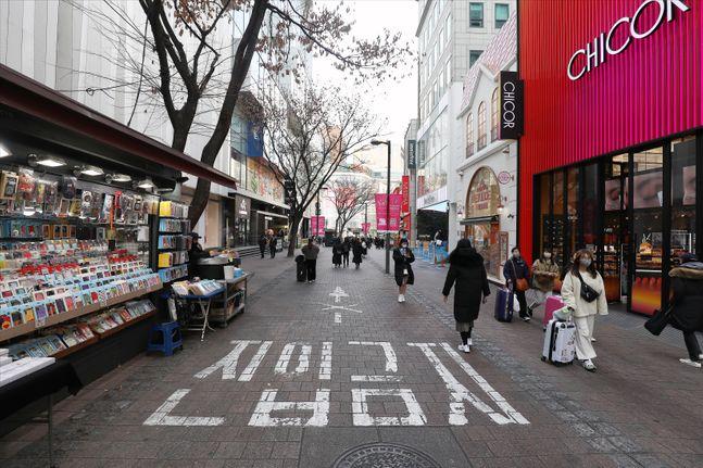 중국 우한시가 진원지로 알려진 신종 코로나 바이러스 감염증의 확진자가 국내에서 늘어나고 있는 가운데 서울 중구 명동 거리가 다소 한산한 모습을 보이고 있다. ⓒ데일리안 홍금표 기자