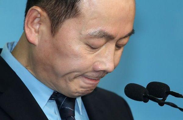 4·15 총선 더불어민주당 예비후보 심사에서 부적격 판정을 받은 정봉주 전 의원이 11일 국회 정론관에서 울먹이는 표정으로 입장을 밝히며 입을 굳게 다물고 있다. ⓒ데일리안 박항구 기자