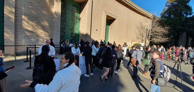 11일(현지시간) 삼성전자 '갤럭시 언팩 2020' 행사가 열리는 미국 샌프란시스코 팰리스 오브 파인 아트 건물 입구에 방문객들이 입장을 기다리고 있다.ⓒ데일리안 김은경 기자