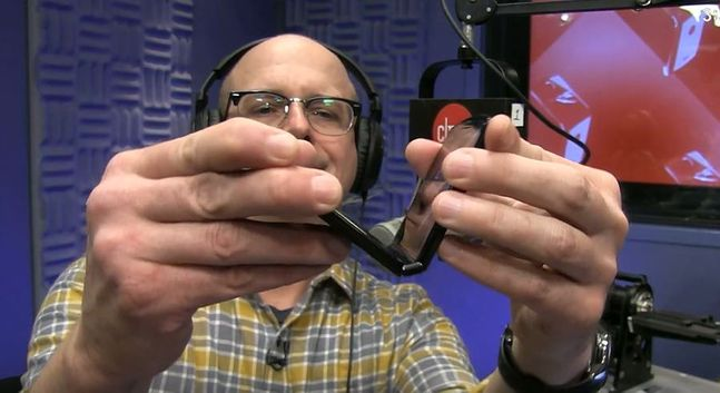 정보기술(IT)매체 씨넷이 진행한 모토로라 폴더블 스마트폰 '레이저' 테스트 장면. 씨넷 유튜브 캡처